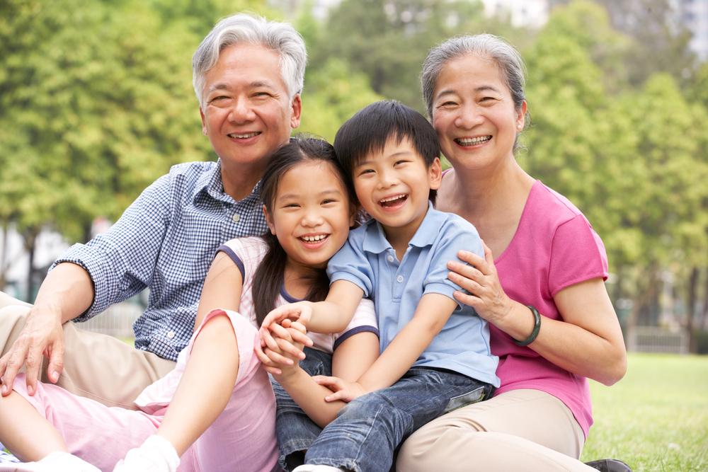 Китайские учёные: бабушки и дедушки, которые нянчат своих внуков,  живут дольше