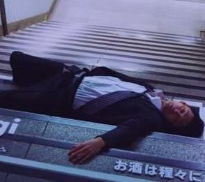 Японских пьяниц, заснувших на улице, превратили в живую социальную рекламу (Видео)