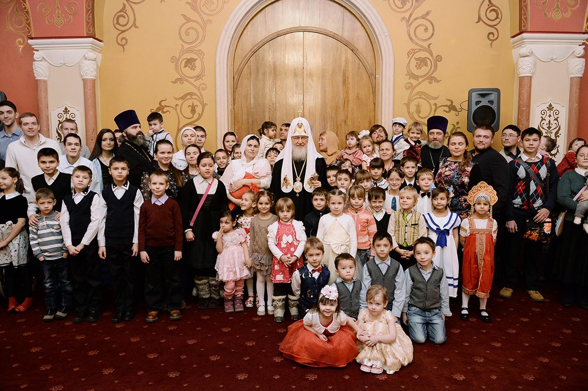 В праздник Рождества Христова Святейший Патриарх Кирилл встретился с многодетными семьями
