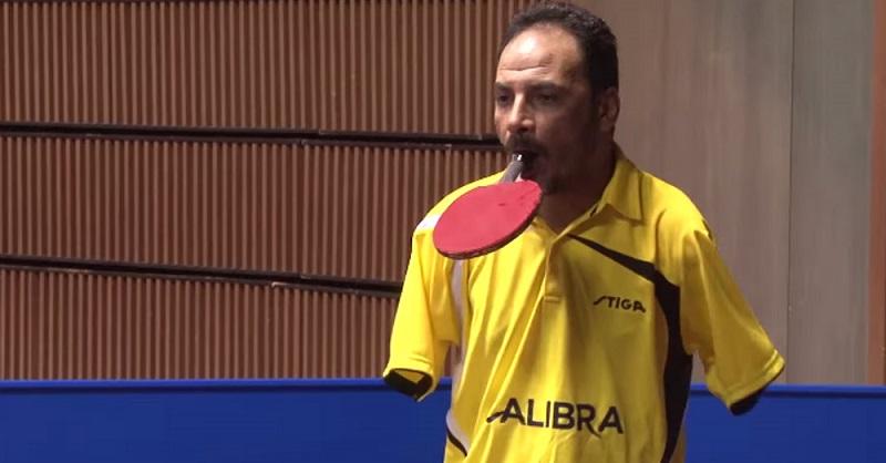 Посмотрите, как этот теннисист без рук соревнуется с чемпионами