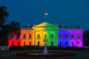 Белый дом подсветили цветами радужного флага, который считается символом ЛГБТ-сообщества, в честь решения Верховного суда США, узаконившего однополые браки. Барак Обама счел решение «победой для Америки», а Хиллари Клинтон заявила: «Горжусь»  (фото: Michael Reynolds/EPA/ТАСС)