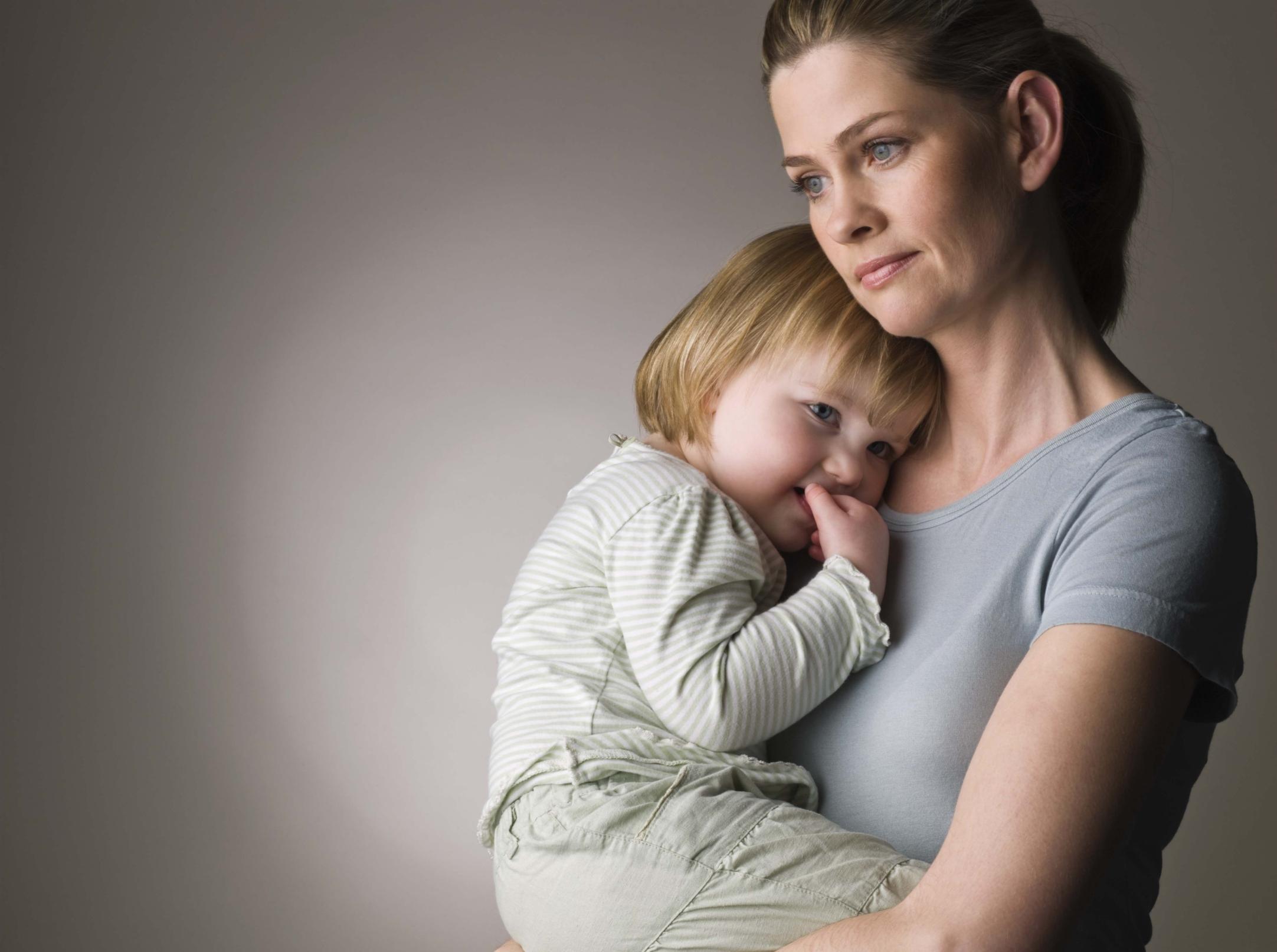 Что не так с нашим материнством? Блиц-опрос накануне Дня матери