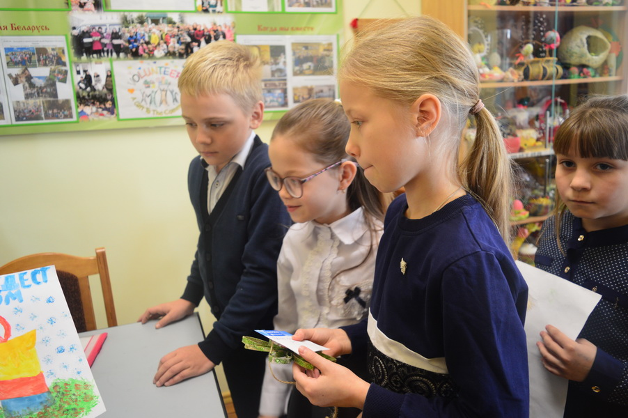 В обычной белоозёрской школе поздравляют учащихся с именинами, устраивают отцовские конференции и путешествуют к христианским святыням Беларуси и Европы. Даже на Метеоры взобрались