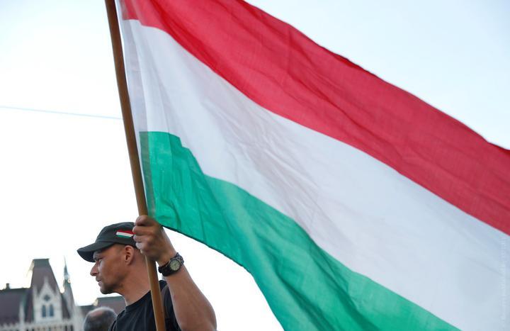 Парламент Венгрии прописал в Конституции, что мать — это только женщина, а отец — только мужчина